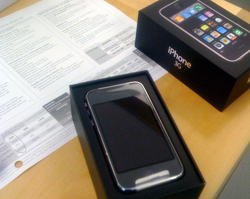 Unboxing the iPhone 3G to begin activation