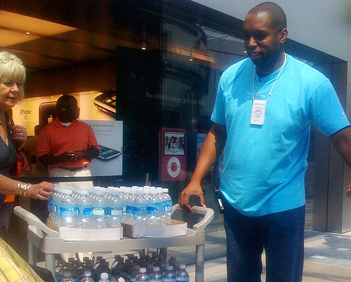 Apple hands out water bottles to line-waiters.